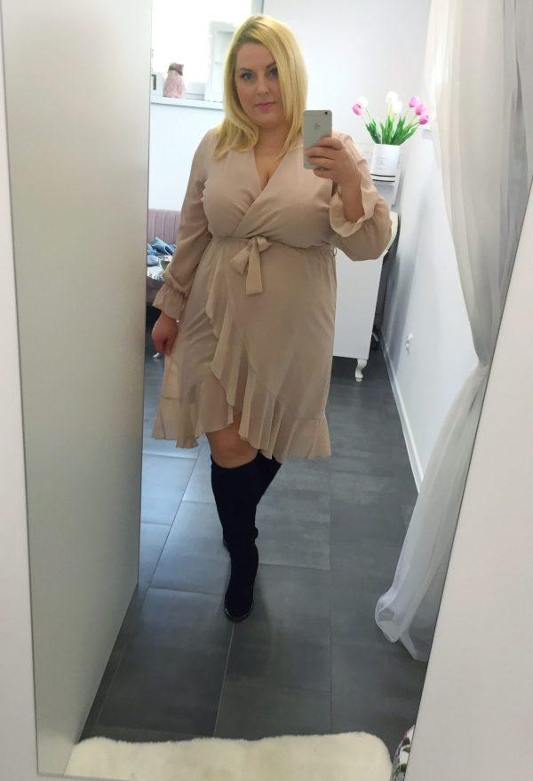 sukienka beżowa szyfonowa zakładana z falbanmi 46