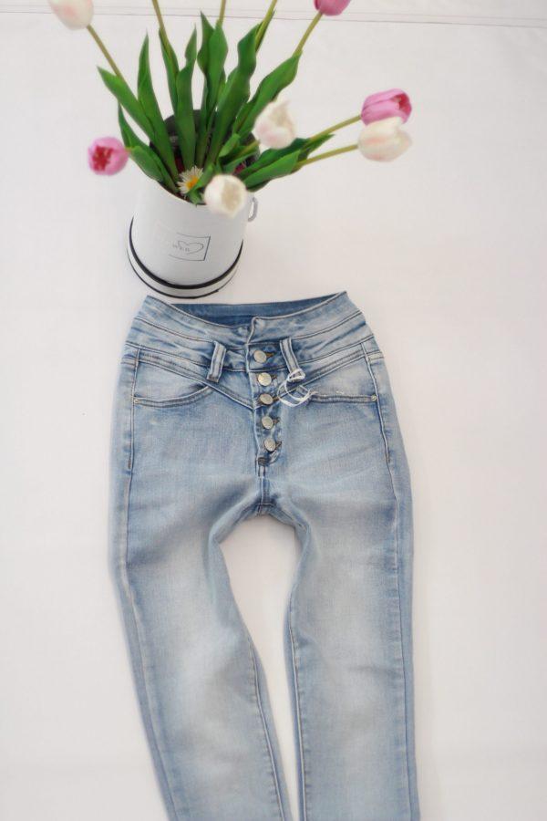 jasne spodnie jeansowe