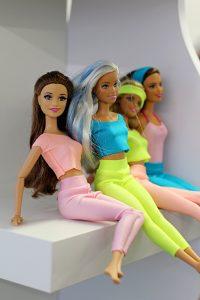 leggi lalki barbie siedzą 200x300 leggi lalki barbie siedzą