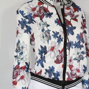 biała kurtka w kwiaty